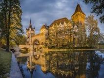 Het Mooie Vajdahunyad-Kasteel in de Beeldenbezinning van Boedapest Hongarije Royalty-vrije Stock Foto