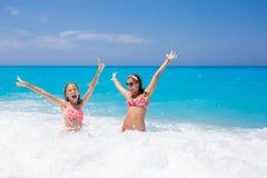 Het mooie van de familiemoeder en dochter spelen in de oceaan royalty-vrije stock fotografie