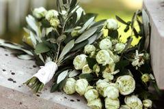 Het mooie verse boeket van snijbloemen witte roze en gele rozen Royalty-vrije Stock Afbeeldingen