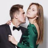 Het mooie vertrouwelijke paar koestert elkaar Royalty-vrije Stock Afbeeldingen