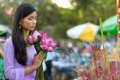 Het mooie Vietnamese dame bidden Stock Afbeelding