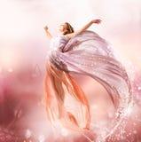 Het mooie Vliegen van het Meisje Royalty-vrije Stock Afbeeldingen