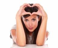 Het mooie vrouw gesturing liefde en glimlachen Stock Afbeeldingen