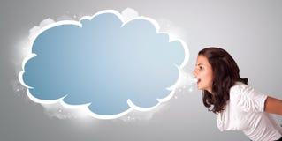 Het mooie vrouw gesturing met de ruimte van het wolkenexemplaar Royalty-vrije Stock Afbeeldingen