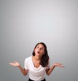 Het mooie vrouw gesturing met exemplaarruimte Royalty-vrije Stock Foto's
