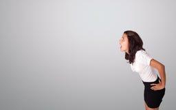 Het mooie vrouw gesturing met exemplaarruimte Stock Foto's