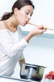 Het mooie vrouw koken bij de keuken royalty-vrije stock foto