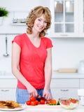 Het mooie vrouw koken in de keuken Royalty-vrije Stock Afbeeldingen