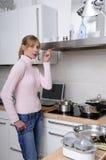 Het mooie vrouw koken in een moderne keuken stock afbeeldingen