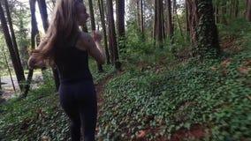 Het mooie vrouw lopen doen schrikken in de bergen stock video