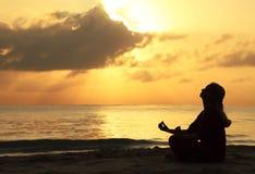 Het mooie vrouw mediteren Royalty-vrije Stock Afbeelding