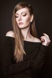 Het mooie vrouw model stellen in de studio op zwarte achtergrond Stock Foto's