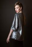 Het mooie vrouw model stellen in de studio op zwarte achtergrond Royalty-vrije Stock Fotografie