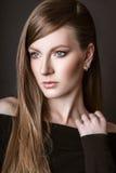Het mooie vrouw model stellen in de studio op zwarte achtergrond Stock Afbeelding