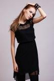 Het mooie vrouw model stellen in elegante kleding royalty-vrije stock foto