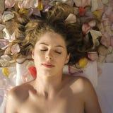 Het mooie vrouw ontspannen. stock foto