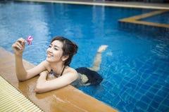 Het mooie vrouw ontspannen Royalty-vrije Stock Foto
