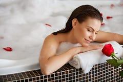 Het mooie Vrouw Ontspannen in Bad met nam toe De voet van de vrouw in het water stock fotografie