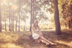Het mooie vrouw ontspannen bij het park Royalty-vrije Stock Foto