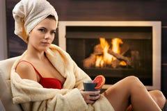 Het mooie vrouw ontspannen in bustehouder en badjas Royalty-vrije Stock Fotografie