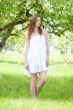Het mooie vrouw ontspannen in de tuin van de appelboom Royalty-vrije Stock Afbeelding