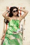 Het mooie vrouw ontspannen die op een zonlanterfanter liggen Stock Fotografie