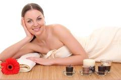 Het mooie vrouw ontspannen in kuuroord Geïsoleerd op wit stock foto