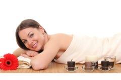 Het mooie vrouw ontspannen in kuuroord Geïsoleerd op wit stock afbeelding