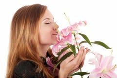 Het mooie vrouw ontspannen met bloemen Stock Fotografie