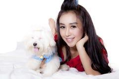 Het mooie vrouw ontspannen met haar hond Royalty-vrije Stock Foto's