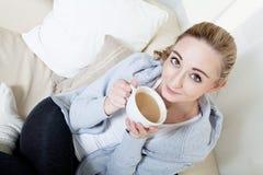 Het mooie vrouw ontspannen met kop van coffe Royalty-vrije Stock Foto