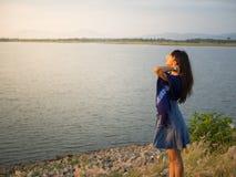 Het mooie vrouw ontspannen met rivier stock afbeelding