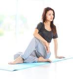 Het mooie vrouw ontspannen na het doen van oefening stock afbeeldingen