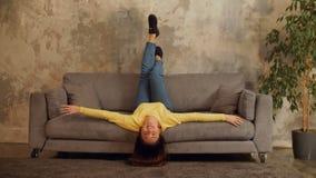 Het mooie vrouw ontspannen op bank met hoofdbovenkant - neer stock videobeelden