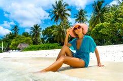Het mooie vrouw ontspannen op een strand Stock Foto's