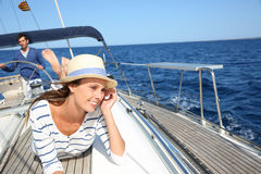 Het mooie vrouw ontspannen op een varende boot royalty-vrije stock foto
