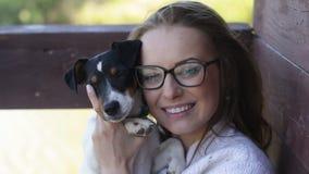 Het mooie vrouw spelen met haar hond Openlucht Portret reeks stock videobeelden