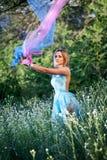 Het mooie vrouw spelen met kleurrijke sluier Stock Fotografie