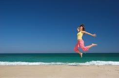Het mooie vrouw springen stock foto's