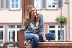 Het mooie vrouw stellen bij de camera in Duitse stad Stock Foto's