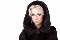 Het mooie vrouw stellen in bontjas Royalty-vrije Stock Afbeeldingen