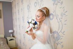 Het mooie vrouw stellen in een huwelijkskleding Stock Foto