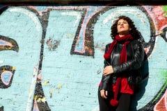 Het mooie vrouw stellen met blauwe graffiti royalty-vrije stock foto's