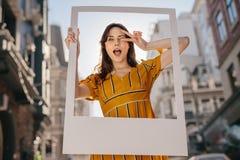 Het mooie vrouw stellen met een kader royalty-vrije stock foto's