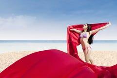 Het mooie vrouw stellen met rode stof royalty-vrije stock fotografie