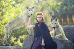 Het mooie Vrouw Stellen met Wolven in openlucht Royalty-vrije Stock Afbeeldingen