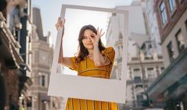 Het mooie vrouw stellen voor een portret stock afbeeldingen