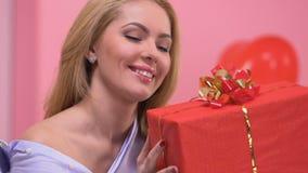 Het mooie vrouw verheugen zich huidig voor Valentijnskaartendag, prettige verrassing van minnaar stock footage