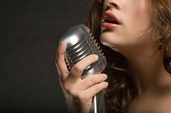 Het mooie vrouw zingen stock afbeeldingen
