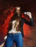 Het mooie vrouw zingen op de scène Royalty-vrije Stock Fotografie